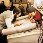 Gabór Mayer (rechts) und ein Schriftkundler untersuchen eine Thorarolle im Stiebl am Teleki-Platz