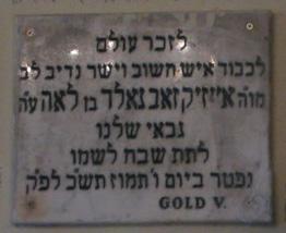 Gold Vilmos, a Teleki Téri zsinagóga gábéjének és cházánjának emléktáblája az imaházban
